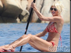 victoria-silvstedt-spends-the-day-on-a-paddleboard-09-900x675