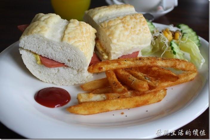 屏東-林邊東港-發現號祕境民宿。「發現號祕境民宿(Discovery)」的早餐只有ㄧ種選擇,但是可以選擇咖啡或是果汁,早餐的內容有ㄧ份法國麵包三明治、沙拉及薯條,應該算是不錯的早餐了。