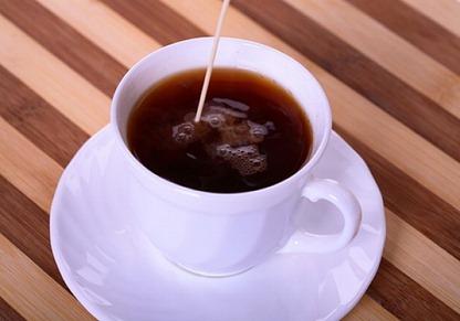 xicaras-de-cafe-jarras-fundo-bege-saucers_3121725