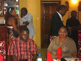 – En avant-plan, de gauche à droite, Ilo Pablo et son épouse, lors d'une reception organisée à Kinshasa, mercredi 19 août 2009, à l'occasion de la sortie de prison d'Evoloko Photo afriquechos.ch