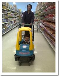 naik trolly mobil-mobilan didorong papa