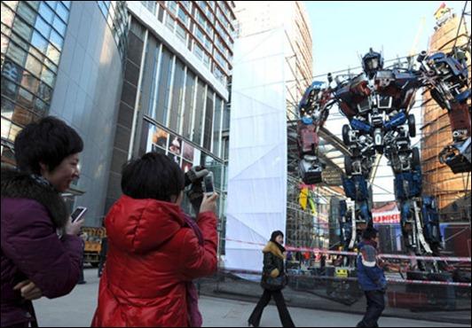 1296529259_optimus-prime-statue2
