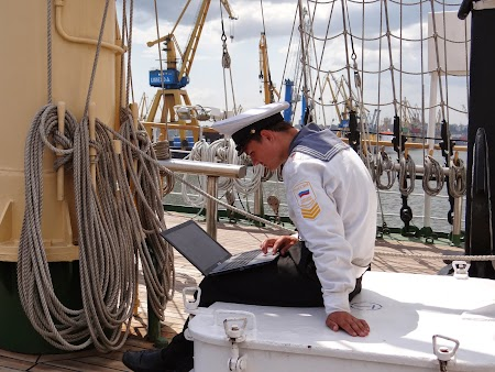20. Marinar cu laptop de pe Nadejda.JPG