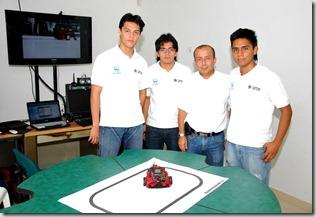 Néstor Rodrigo Cabezas Pinilla, Danny Steven Liberato Gacha y Juan Carlos Galvis Rodríguez, equipo del TecnoParque Nodo La Granja, del SENA Tolima, al momento de recibir el premio