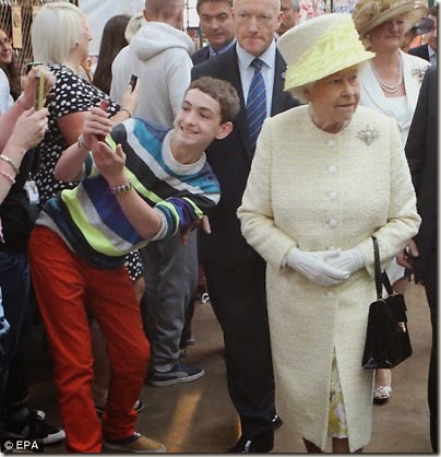 Selfie ragazzo con regina Elisabetta