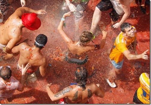 bataie cu rosii la festivalul tomatina