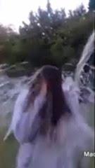 Joelina M. bei der Dusche