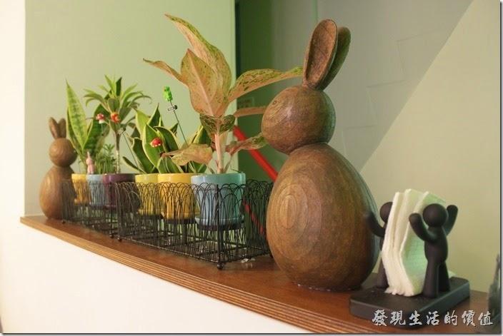 台南-左右咖啡蔬食。二樓樓梯間的裝飾品。