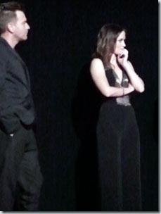 """Юэн МакГрегор и Эмили Блант слушают ответ режиссера на премьере фильма """"Рыбалка на лосося в Йемене"""""""