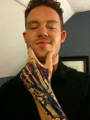 body painting mano anatómicamente correcta