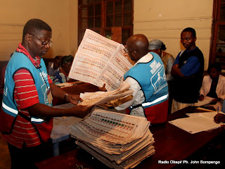 Dpouillement des bulletins de vote pour des candidats aux lections de 2011 en RDC, en prsence des temoins le 28/11/2011  Kinshasa. Radio Okapi/ Ph. John Bompengo