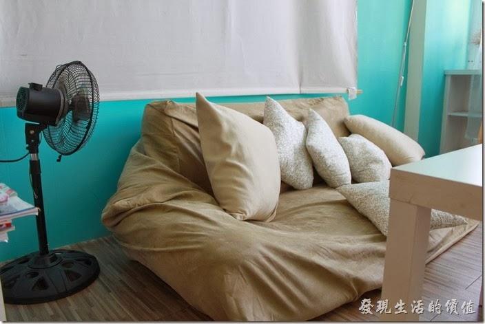 台南-Season_Cafe。大熊布偶的對面有個懶骨頭沙發,很是很多人的最愛,可以隨便你愛怎麼坐怎麼躺都可以。