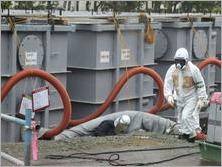 Funcionários trabalham em tanques de água da usina nuclear de Fukushima, no Japão