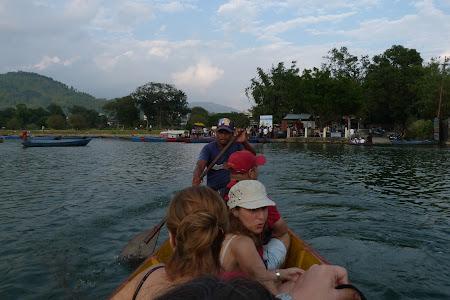 Barca pe lac Pokhara