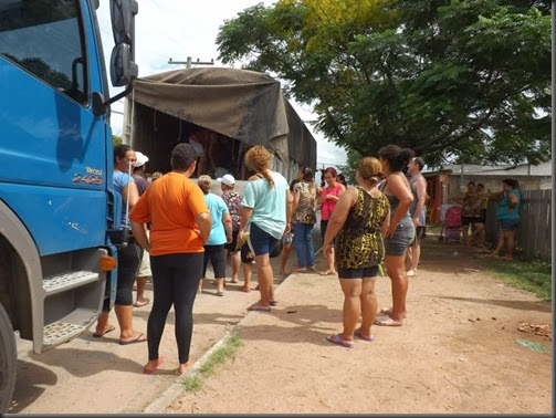 Comunidade são Jorge esperando os alimentos.jpg 1