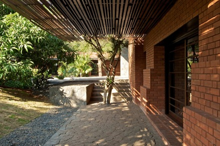 fachada-de-ladrillo-casa-brick-kiln-spasm-design-architects