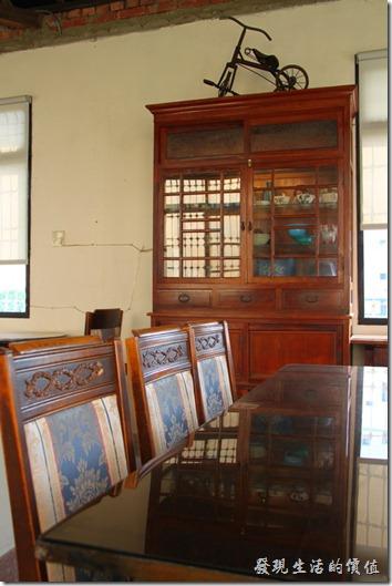 台南-鹿角枝老房子咖啡。二樓有個櫥櫃,裡面也有一些收藏,上面還擺了一台小朋友的三輪車。