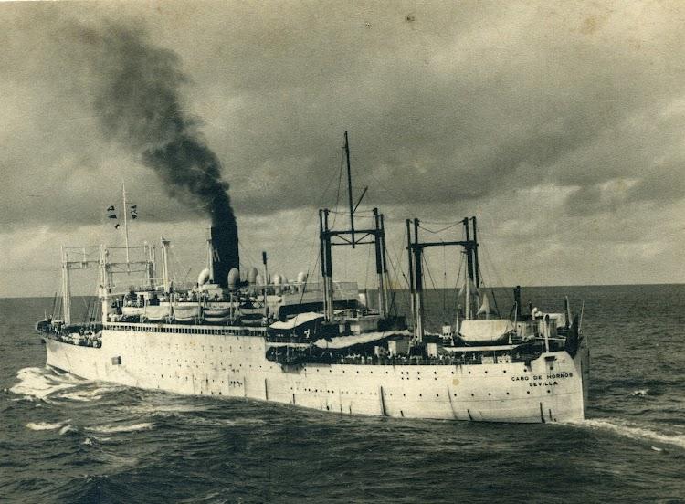 Vapor CABO DE HORNOS en navegación. Foto remitida por el Sr. Agel Maruri Larrabe. Nuestro agradecimiento.jpg