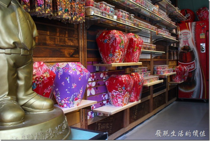 菁桐火車站旁還有個「天燈故事館」,裡頭販賣著各式各樣的天燈飾品。