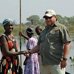 Ein Mitarbeiter von Sunways übergibt  ein Mokoro. © Foto: Sunway-Safaris