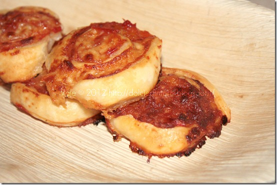Girelle di sfoglia con salsa di peperoni e pecorino