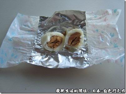 日本-白色巧克力,中間包了一整顆的杏仁果,吃完巧克力會稍微有點膩,這時候咀嚼一下杏仁果剛好可以 balance。