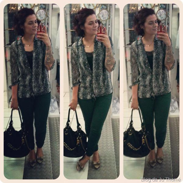 look calça verde e camisa estampa de cobra, sapatilha e bolsa preta