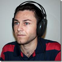 Pessoa com deficiência visual usando fone de ouvido