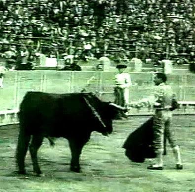 1913-10-14 Zaragoza Joselito coge piton MIura