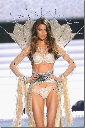 Cameron-Russell-Sexy-Lingerie-Pictures-On-The-Catwalk-At-2012-Victorias-Secret-Fashion-Show-In-NY-02