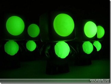 mike slobot_kleiner-roboter-gelb_glow