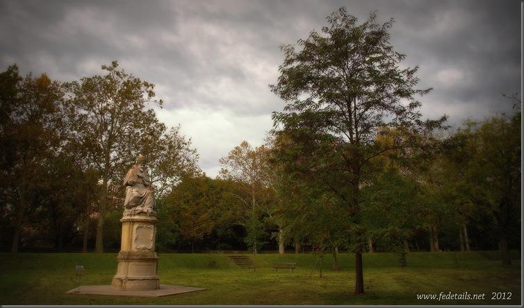 La statua di Paolo V ,1, Ferrara, Emilia Romagna, Italia - The staue of Pope Paul V , 1, Ferrara, Emilia Romagna, Italy - Property and all Copyright of Fedetails.net
