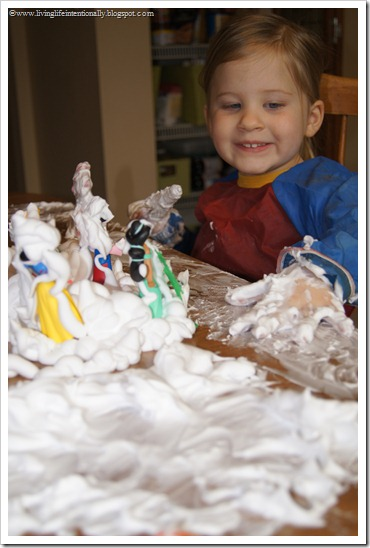 Snow sensory activity for toddler, preschool, kindergarten. Fun winter kids activities