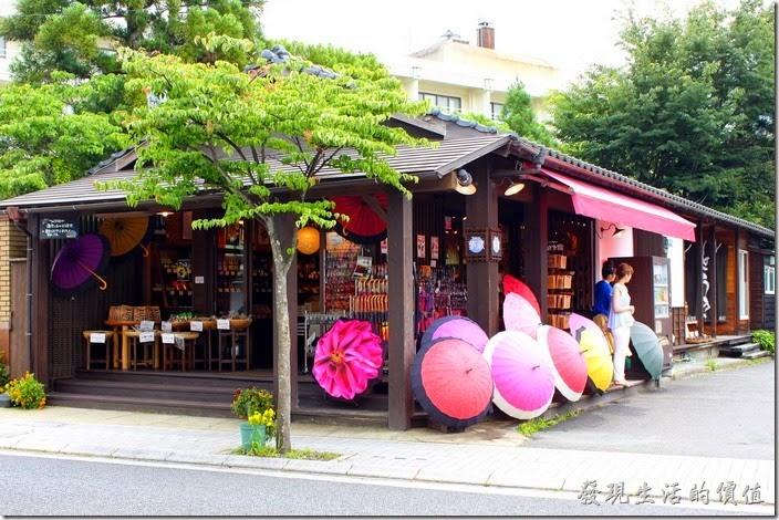 這家也是把雨傘擺在外面,大概夏天是日本的雨季,而且這傘擋雨遮陽都好用。