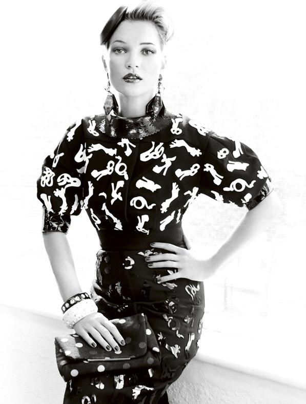 Kate_Moss_by_Mario_Testino_(A_La_Mode_-_UK_Vogue_August_2011)_11