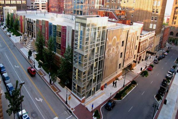 Estacionamento-Biblioteca-Kansas-Estados-Unidos-Fachada-Livros-Visão-Ampla