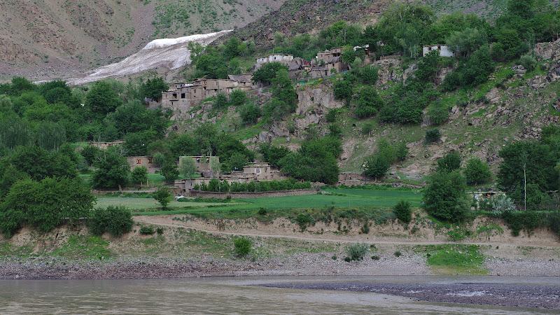 Satele afgane de pe partea cealalta a raului.