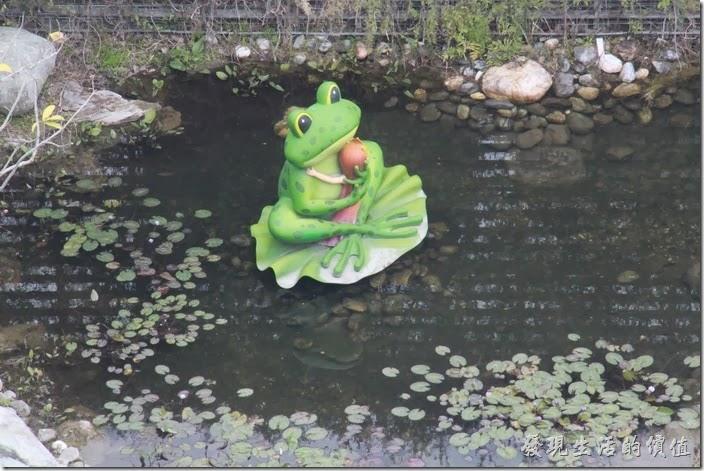 花蓮-翰品酒店。(青蛙王子的池畔歌聲)青蛙王子住在生態池中,癡癡等待公主的親吻。小公主雖然喜歡青蛙王子,但是沒有親吻王子的勇氣,小公主只能給他一個深情的擁抱,感謝他每天唱歌哄花草樹木陪她入睡。