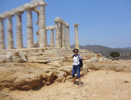 Abril G. Karera en el Templo de Poseidón, Cabo Sunión, julio 2012