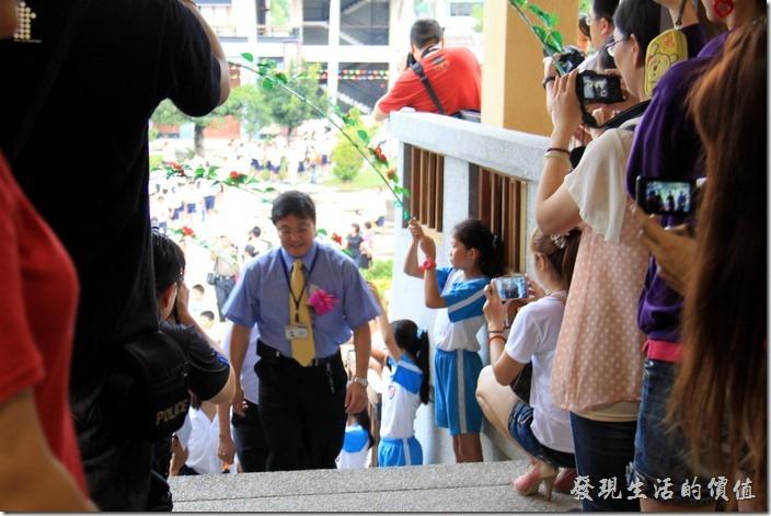 畢業生由校長蔡東峰帶領進場典禮會場。前面擠了一堆家長,我也是其中之一啦!