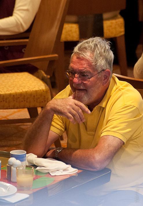 4. За столиком терпеливо дожидался товарищ. Октоберфест в феврале на Costa Concordia..jpg