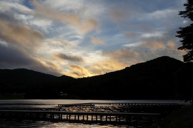 木崎湖から望む朝焼け
