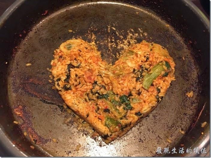 台北-紅通通韓國平價料理。把這個【心型】外觀的拌飯轉過來再拍一張。