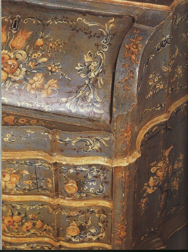 Detail of the bureau: lots of chinoiseries, flower sprays and foliage.
