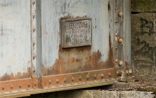 Skylt som säger att bron är tillverkad av Bergsunds mekaniska verkstad i Stockholm 1910