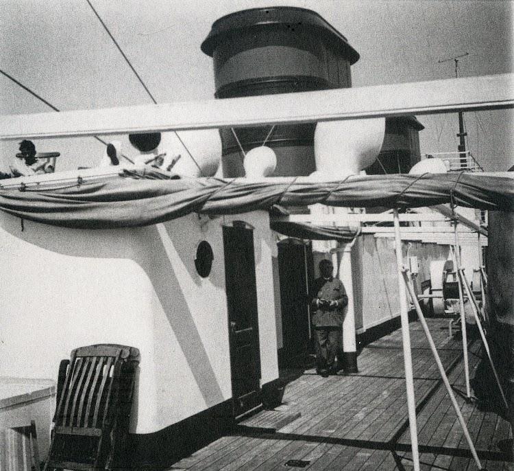 19 de junio de 1933. Hugo Obermaier en la cubierta del CIUDAD DE CADIZ. Foto Archivo Familia Fullola-Pericot. Del libro El Sueño de una Generación. El Crucero Universitario por el Mediterraneo de 1933.jpg
