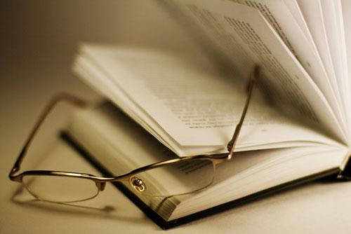 Óculos sobre o livro