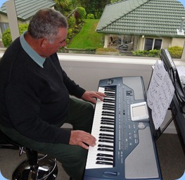 Ken Mahy trying-out the Korg Pa800