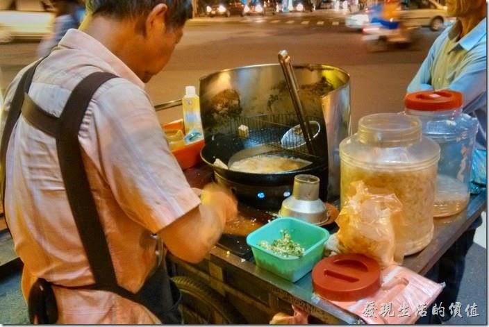 台南-無名臭豆腐。阿伯正熟練的把大塊的臭豆腐撈上來切著四塊小丁再放下去油炸。