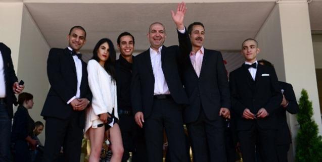 diretor-palestino-hany-abu-assad-no-centro-e-o-elenco-de-omar-chegam-a-exibicao-do-filme-no-festival-de-cannes-2013-1369065697710_615x300